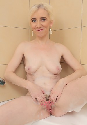 Free MILF Wet Pussy Porn Pictures